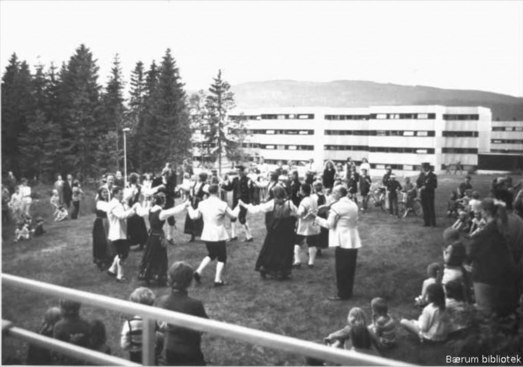 1972: Rykkinn, folkedans. Arkivfoto fra Bærum Bibliotek