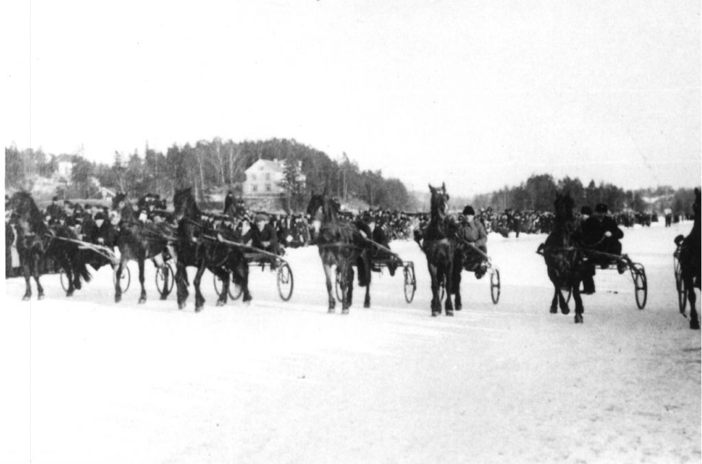 Photo: Harness racing on the ice of the Oslofjord, early 1900. Thanks to Bærum bibliotek Bærumssamlingen